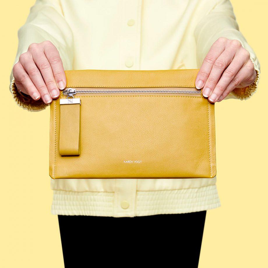 pochette-bandoulière-cuir-lisse-jaune-maïs-indécise-karenvogt-3